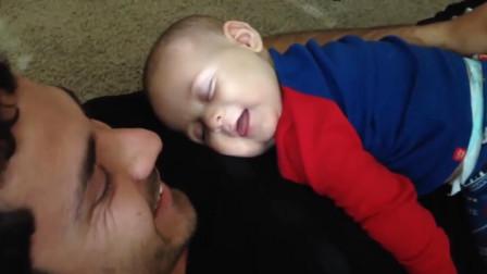 爸爸咳嗽一声,肚皮上的宝宝咯吱乐了起来,睡梦中被自己笑醒了,好可爱