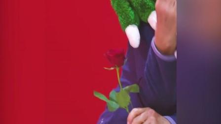 情人节一个人?枪手吉祥物陪你过 你就收了这支花吧