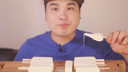 生活漫话 大胃王吃韩国流行奶油雪糕,竟还可以拉丝