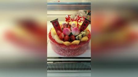 寿星生日快乐。非常喜庆的寿星蛋糕。