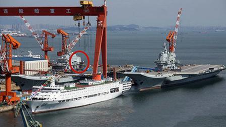 中国辽宁舰返回大连造船厂 双航母再次同框