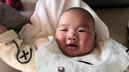 爸爸唱歌五音不全,小宝宝被逗笑了,那表情简直太可爱了