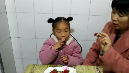宝宝和妈妈一起吃草莓,妈妈说草莓多少钱一斤?贵吗?