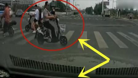 男子骑车根本不将红绿灯放在眼里,下一秒果然悲剧发生了