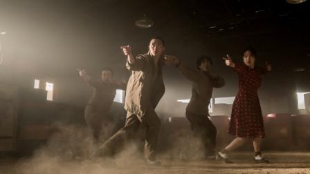 """战争版的""""跳出我天地"""",叛逆青年在战俘营中被踢踏舞吸引,加入舞团后身陷危机"""