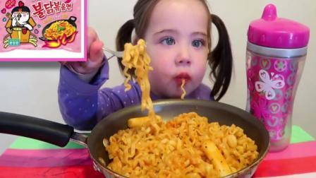 国外吃播: 超可爱宝宝吃火鸡面, 直接下手抓, 心都要融化了!