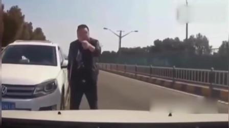 女司机逆行还骂人,小车司机忍无可忍,下一秒准备教训她!