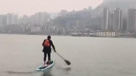 家住长江南公司在长江北 重庆男子划桨板渡江上班只需6分钟