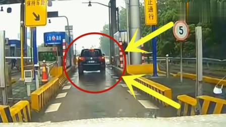 高速路口收费站女司机愚蠢举止,险些害惨了自己,记录仪拍下全程
