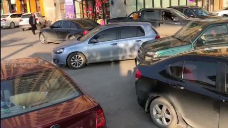 女司机停车什么水平?历时5分钟挪到框里,至少还挪进去了