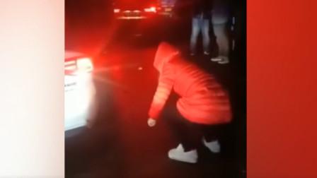 救护车被堵,孩子母亲跪求司机让道