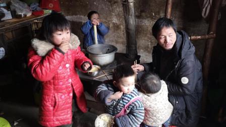 农村有十个孩子的家庭,14岁的女孩为什么读了一年级就辍学了?听她妈妈怎么说