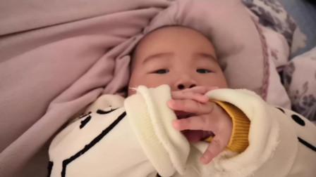爸爸逗小宝宝,可小宝宝只顾玩自己的小手,表情简直太可爱了