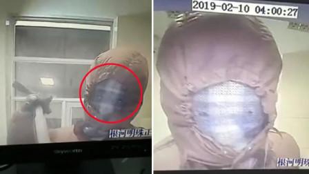 男子持撬棍蒙面盗取ATM机 脸部露出俩窟窿
