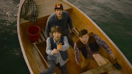大爷带着俩小弟在海上遇难,刚发射信号弹准备求救,没想到竟打下了一架飞机