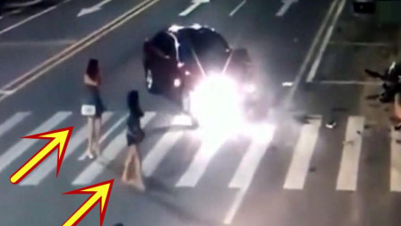 男子带两个美女刚到酒店,摩托车高速撞了过来,下一秒司机掉头就跑!