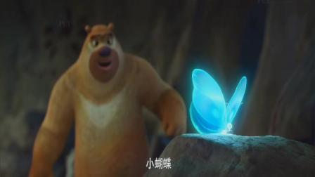 一只蓝色小蝴蝶钻到墙里去了,熊二用手去摸发生了神奇的现象