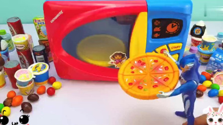 捷德奥特曼拿来一个大大的披萨饼放到微波炉玩具里变出惊喜礼物