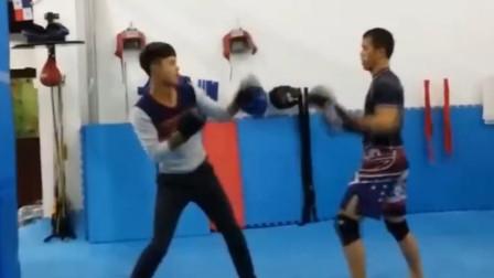 小伙子去拳馆踢馆,被搏击教练吊打,搏击教练根本没发力