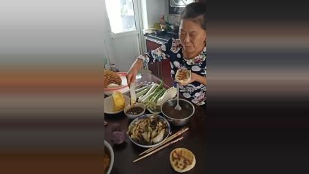 东北人吃饭也太费葱了吧一天得吃多少颗啊, 东北的葱很便宜吗