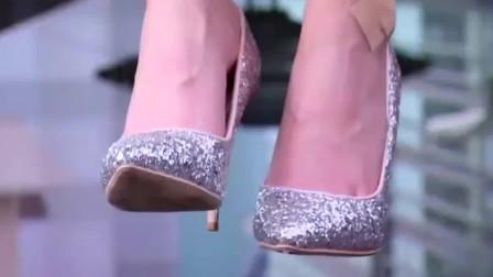 灰姑娘脱下高跟鞋,送给想跳楼的美女,一切被霸道总裁看到了眼里