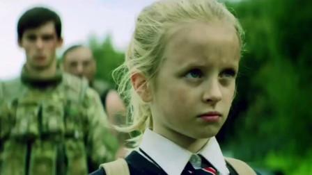 小女孩成为了人类希望,不仅人类保护她,连丧尸都是一路护送