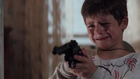 劫匪被一个小男孩打伤后, 不仅没有责怪他, 反而把所有的财产给了他