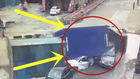 轿车在路口等红绿灯,突然一辆大货车侧翻,真的是生死仅在一瞬间