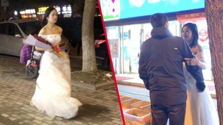 女生穿婚纱,求婚街头贴膜男友!感人