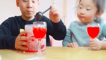 """试吃像血一样的""""爆爆珠"""", 用力一捏爆的满屋子鲜红的果酱"""