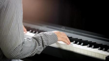 钢琴与古筝傻傻分不清楚,弹的是钢琴,奏的是古筝