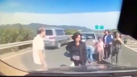 """最""""无知""""司机,高速出车祸五人聚集,不料监控拍下人生最后5秒"""