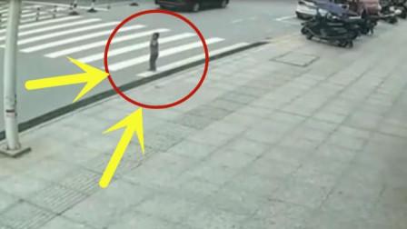 小男孩独自站在马路中央,准备横穿马路,几秒后画面让人痛心