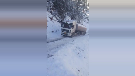 唐古拉山偶遇该罐车, 雪天路滑不容易, 能帮一把是一把