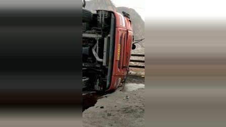 谁能告诉我这大货车是怎么侧翻的希望司机没事