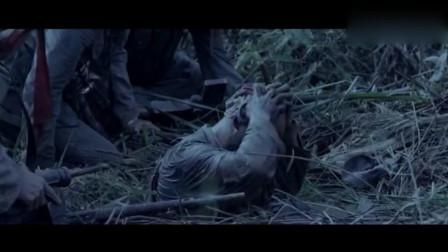 战友陷入沼泽,鬼子却来了,鬼子走了,他又浮了上来
