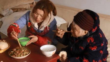 米酒汤圆配上豆腐干才好吃,96岁奶奶和孙媳比着吃,真带劲