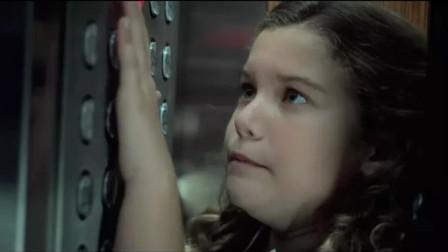 4分钟看完《电梯惊魂》,9人意外被困电梯,这个熊孩子果真是魔鬼!