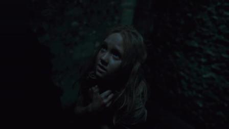 沙威在城门口拦截冉阿让,冉阿让带着珂赛特惊险躲过