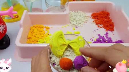 小猪佩奇太空沙玩具过家家游戏,制作巧克力果汁和奶酪冰淇淋