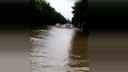 普拉多涉水过马路后, 北汽幻速看不下去, 出现这个情况