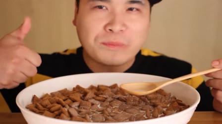香脆的巧克力燕麦饼干,泡牛奶吃营养丰富,咀嚼声真是声控福音啊