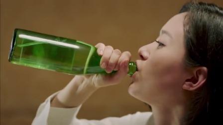 美女独自替工厂解决问题,对方拿出一瓶白酒,美女二话不说直接干