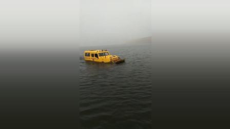 这是什么情况网友:这车还能在水里游
