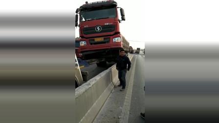 这是什么情况货车老司机是怎么开上来的