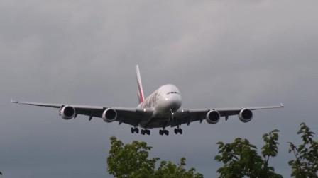 仿佛树顶上掠过,阿联酋航空A380大型客机降落成田机场