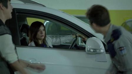 奇葩女子强占女精英车位,还对车库的保安做出了这种事情!