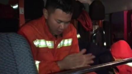 消防小哥跳入冰水救人 上岸后被冻得发抖