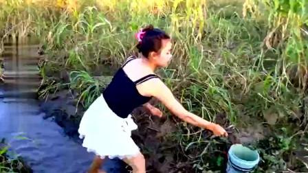 柬埔寨漂亮妹子穿裙子在水沟摸鱼,害怕又想玩的样子真可爱