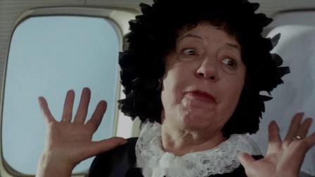 大妈坐飞机看见窗外有人飞,朋友却以为她着了魔,给带上了氧气罩